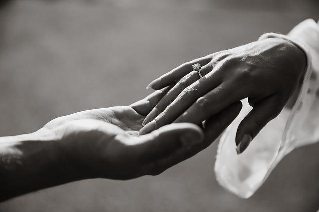 Pierścionek zaręczynowy - jaki wybrać? Poradnik